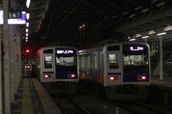 2012年1月2日 19時35分頃、小手指、左は3番ホームから引き上げ線へ入る6114F(元4709レ)。右は2番ホームから入庫する6116F(06M運用)。