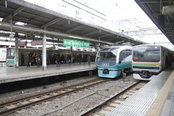 2012年1月3日 9時15分頃、池袋、埼京線・湘南新宿ラインと並んだスーパービュー踊り子3号。