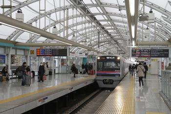2012年1月3日、日暮里、成田ゆき普通(919レ)。