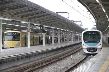 2011年11月3日 11時20分頃、入間市、左は到着した3003Fの各停 入間市ゆき(5223レの延長)。