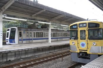 2011年11月3日14時12分頃、入間市、左が1・2番ホームへ入った6117Fの下り回送列車(10M運用)。