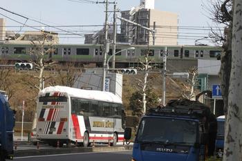 2012年1月28日 12痔50分頃、高田馬場駅近くの新目白通り、雪を屋根に満載の越後交通高速バスとJR山手線