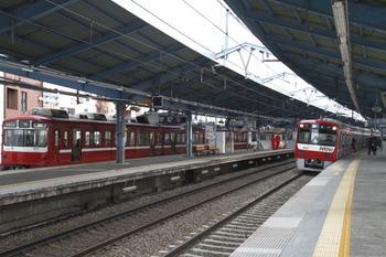 2012年2月5日 15時13分ころ、平和島、左端の800形は優等列車の通過待ちで各車2ヶ所だけドアを開けてます。