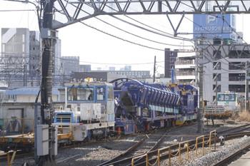 2012年2月11日、池袋、1番ホームの新宿方端から撮影した大型の保線機械。