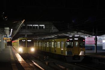 2012年2月10日 20時46分頃、西所沢、左が1241Fの遅れの6199レ、右が2503Fの6198レ。