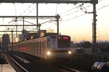2012年2月12日 6時21分頃、石神井公園、到着するメトロ7029Fの下り回送列車。