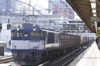 2012年2月19日、高田馬場、EF64-1023牽引の2077レ。
