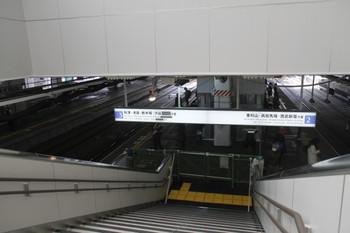 2012年3月3日、所沢、見学者に開放された新駅舎の階段からホームを見る。