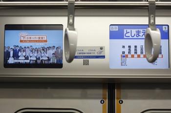 2012年3月17日、西武30000系の自殺防止動画広告(左の画面)