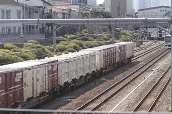 2012年3月20日、池袋~目白、UM8A形も積載の2077レ。