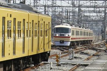 2012年3月20日、西所沢、左は発車を待つ2005Fの6139レ。