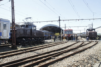 2012年3月24日、大場工場、左端がED32。