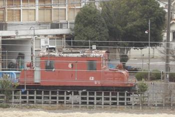 2012年3月31日、保谷、「E12」と見えるピンク色の電気機関車。