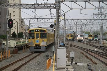 2012年4月25日 7時12分頃、中央奥が5番線の2073F。