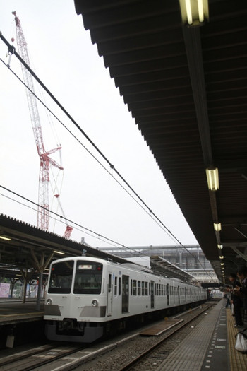 2012年5月17日 6時43分頃、所沢、1259Fの新宿線上り回送列車とクレーン。