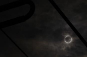 2012年5月21日 7時33分頃、池袋~椎名町、踏切から見上げた金環日蝕中の太陽。