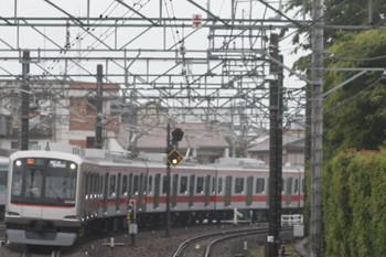 2012年7月2日 6時28分頃、所沢、5番ホームに進入する東急4104Fの下り回送列車。
