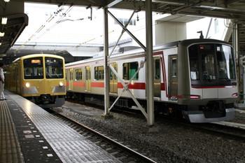 2012年8月11日、所沢、右が6番線に停車中の東急4106F。