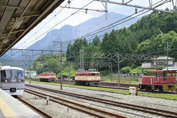 2012年8月17日 12時40分頃、横瀬、側線に機関車3両が展示中。