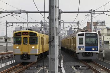 2012年12月1日、石神井公園、左が2069Fの5721レ、右が6108Fの3703レ。