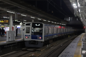 2020年12月2日 5時30分ころ。所沢。3番ホームを通過する6104Fの上り回送列車。