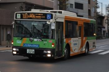 2020年12月2日 6時45分頃。雑司が谷駅近く。山吹町ゆきの都バス。