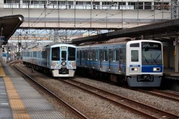 2020年12月5日 12時5分ころ。仏子。特急を中線で待避する4009F(52席)と、32M運用の上り回送列車で通過する6109F。