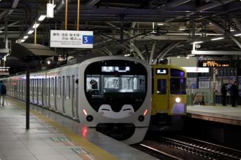 2020年12月5日。石神井公園。左が発車した38113Fの5206レ、右は「回送」表示で到着する2079Fの5601レ。