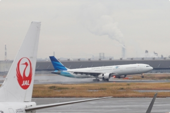 2020年12月10日 9時2分ころ。羽田空港。ガルーダインドネシア航空の飛行機が水しぶきをあげて着陸。