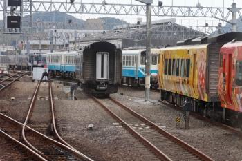 2020年12月10日。土佐一宮〜布師田駅間。高知運転所です。2000系・2700系の特急気動車のほか、JR発足時に国鉄が導入したキハ32形も見えました。
