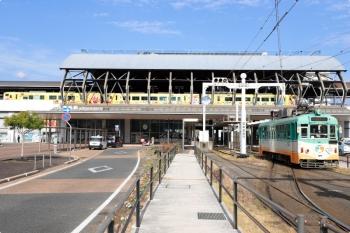2020年12月10日 12時すぎ。高知駅前。地上の路面電車と、高架上のアンパンマンのJR四国2700系特急気動車。