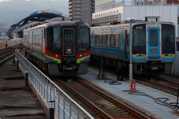 2020年12月10日。高知。到着の直前、駅の東側の留置線に2700系が2000系が並んでました。2730は土佐くろしお鉄道保有の車両です。