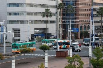 2020年12月10日。高知。ホームから見た南側の駅前。路面電車とバスが行き交っています。