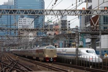 2020年12月10日 7時29分ころ。田町。上の写真のサンライズ瀬戸・出雲だった285系の回送列車。日中は品川の車庫で過ごします。隣を東海道新幹線、右上を東京モノレールが走ってます。