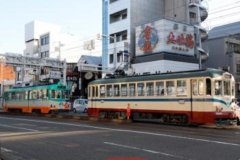 2020年12月11日 8時25分ころ。はりまや交差点。高知駅からやって来た206の桟橋車庫前ゆきと、枡形ゆき611が縦列停車。