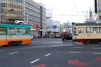 2020年12月11日 8時27分ころ。はりまや交差点。左は高知駅発の枡形ゆき611、右は伊野方面からやって来た803の桟橋車庫ゆき。