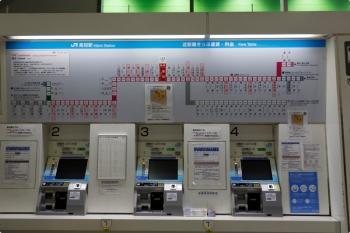 2020年12月11日。高知駅。切符売り場。「近距離きっぷ運賃・料金」が上に掲示されてます。