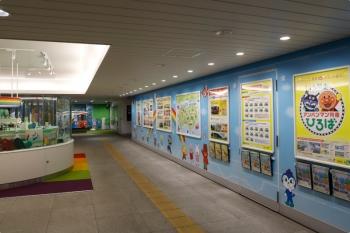 2020年12月11日。高知駅。1階の改札口から階段を上った踊り場が「アンパンマン列車ひろば」になっていて、ポスターやミニチュアや模型が展示されていました。