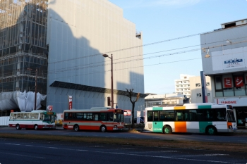 2020年12月11日 7時40分ころ。大橋通。塗装が異なるバス3台が縦列停車。どれも「とさでん交通」のバスです。