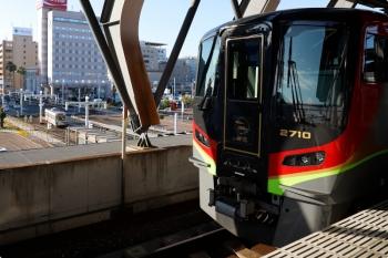 2020年12月11日 9時2分ころ。高知。1番ホームで待機する、南風8号の2700系3連と、駅前の路面電車。