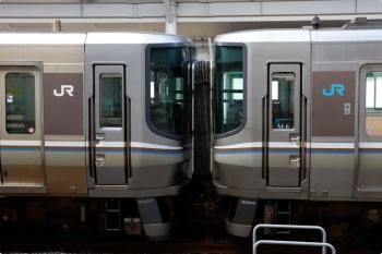 2020年12月11日 12時42分ころ。高松。左がJR西日本223系5000番代、右がJR四国5000系、「JR」マークの色が異なります。