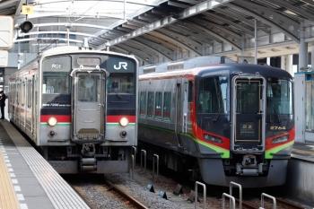 2020年12月11日 12時44分ころ。高松。左が多度津ゆきの7200系、右は2700系の回送列車。