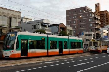 2020年12月11日 6時59分ころ。枡形。3001の ごめん ゆき(左)と631の朝倉(高知大学前)ゆき。