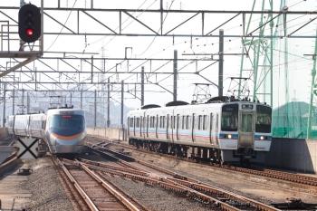 2020年12月11日 11時14分ころ。宇多津。松山へ発車した いしづち7号と しおかぜ7号(左)。右は多度津方から到着する6000系の高松ゆき。