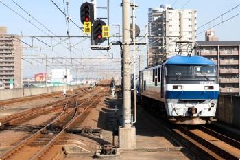 2020年12月11日 11時16分ころ。宇多津。高松方からやって来た、EF210-5牽引のコンテナ貨物列車が通過しました。