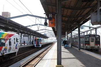 2020年12月11日 12時10分ころ。宇多津。左はアンパンマン列車の8000系の、岡山発の しおかぜ9号(奥)と高松発の いしづち9号(左)。