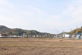 2020年12月12日 10時29分頃。小篭通〜長崎。デニーズもある(左奥)郊外の田んぼの中を、101ハートラムの ごめんゆきがやって来ました。