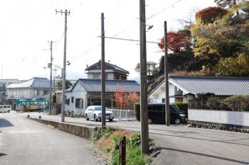 2020年12月12日 12時35分頃。伊野。奥が、高知市内へ向け発車した610。