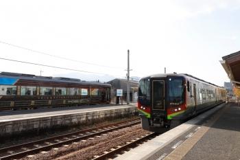 2020年12月12日 12時47分頃。伊野。左が国鉄185系改造の「志国土佐 時代(トキ)の夜明けのものがたり」列車。右手前は特急 あしずり8号。