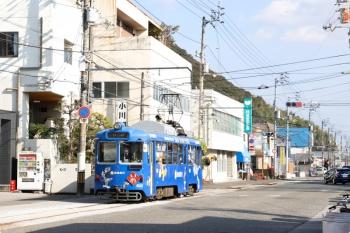 2020年12月12日 12時57分頃。鳴谷〜伊野駅前。JR伊野駅の近くを走る625の いのゆき。